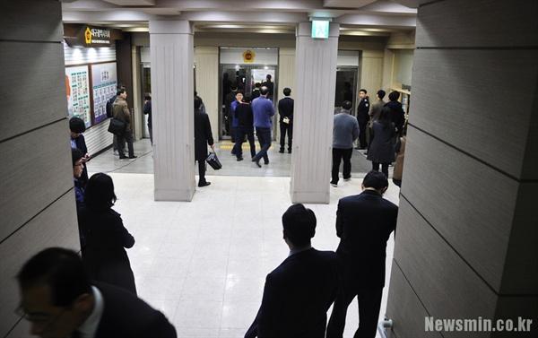 시의회 1층 로비에는 40여 명의 시의회 직원들로 붐볐다. 이들은 삼삼오오 모여 이야기를 나누면서 걸어 잠근 문 너머로 시민단체와 정당 관계자들의 행동을 주시했다.