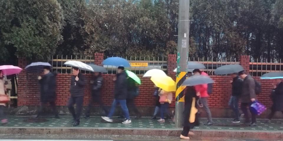 퇴근하고 집으로 향하는 가산단지 노동자들.