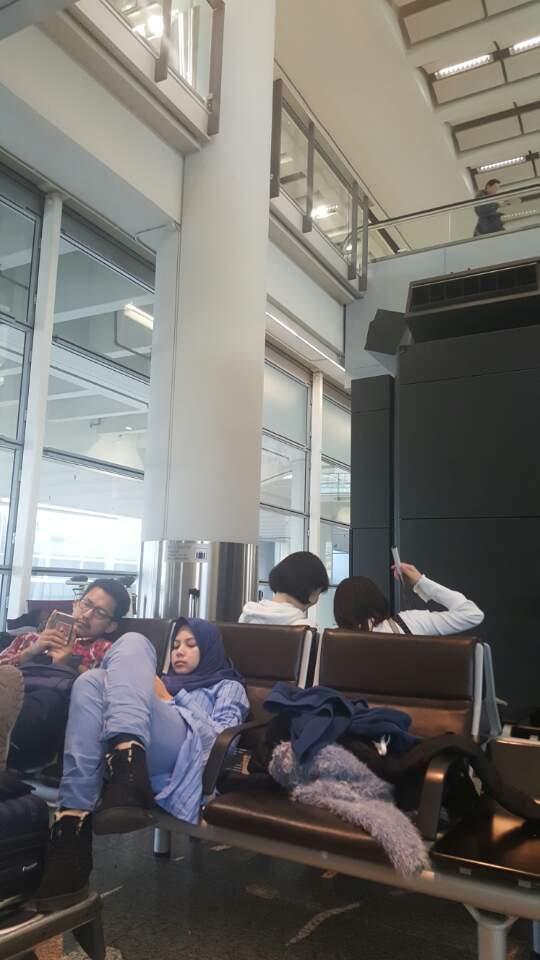 홍콩 공항에서 이슬람인으로 보이는 연인이 스마트폰으로 한국 드리마를 보고 있다