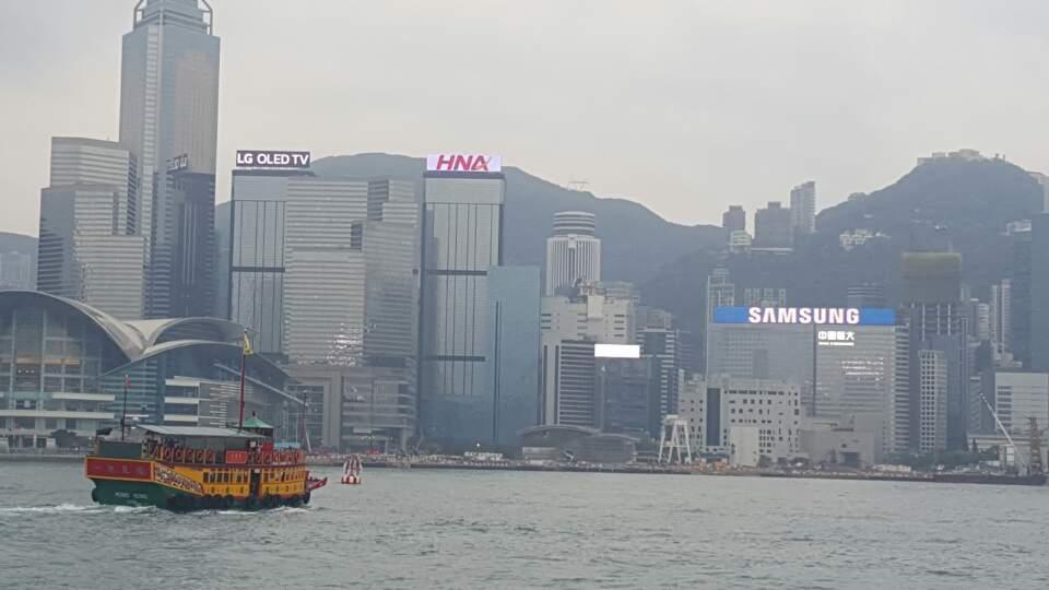 침사추이 해변에서 보는 홍콩섬의 삼성, 엘지 로고 광고.