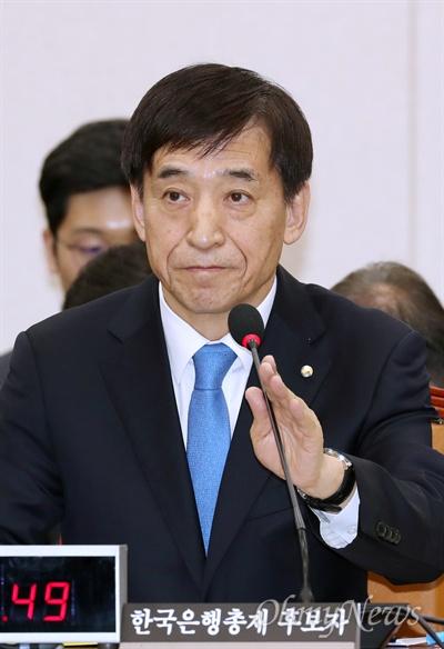 이주열 한국은행 총재가 21일 국회 기획재정위원회에서 열린 인사청문회에서 의원들의 질의에 답변하고 있다.