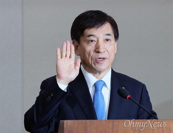 이주열 한국은행 총재가 21일 국회 기획재정위원회에서 열린 인사청문회에서 증인 선서를 하고 있다.