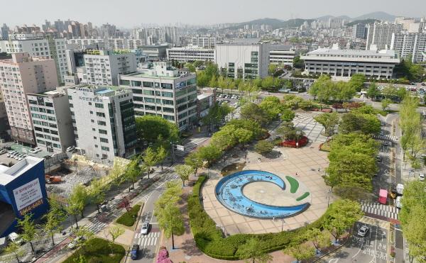 """""""원도심 부흥 프로젝트-스마트 포용도시"""" 인천시는 '원도심 부흥 프로젝트-스마트 포용도시' 건설을 위해 3대전략을 추진한다."""