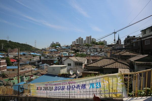 """""""원도심 부흥 프로젝트-스마트 포용도시"""" 인천시의 원도심 활성화를 위한 전략은 전통시장을 비롯한 경제기반 조성과 생활여건의 획기적 개선에 맞춰졌다."""
