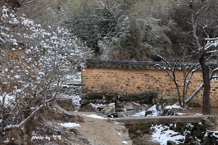 외나무다리 계곡에 외나무다리, 즉 약작이 걸쳐 있다.
