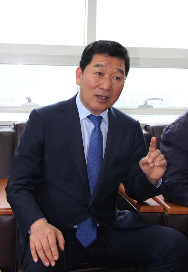 '문재인 핫라인'을 자처하며 21일 선관위에 전남지사 예비후보로 등록한 신정훈 전 청와대 비서관.