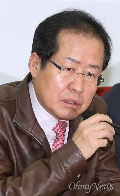 자유한국당 홍준표 대표가 22일 오전 서울 여의도 당사에서 열린 제2기 혁신위원회 혁신안 발표에 참석해 인사말 하고 있다.