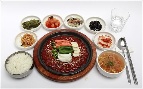 한국도로공사(사장 이강래)가 '휴게소 밥은 맛이 없다'는 편견 깨기에 나섰다. 사진은 경부고속도로 금강휴게소(부산방향) 향토특색메뉴인 도리뱅뱅정식.