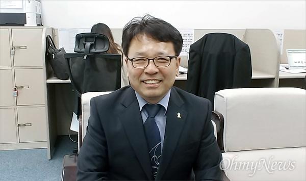 촛불시민 오광영 씨가 22일 예비후보 등록을 마치고 대전시의회 기자실을 찾았다. 그는 이번 6.13지방선거에서 더불어민주당 후보로 유성 제2선거구에 도전한다.