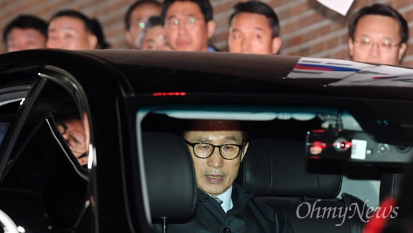 구속된 이명박, 동부구치소로 압송 뇌물수수 등의 혐의로 구속영장이 발부된 이명박 전 대통령이 23일 오전 서울 강남구 논현동 자택에서 동부구치소로 압송되고 있다.