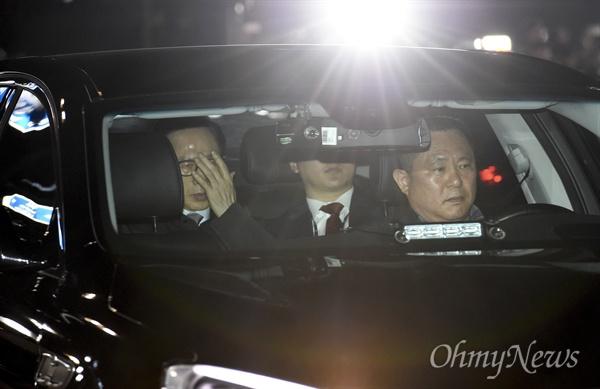 뇌물수수 등 혐의로 구속영장이 발부된 이명박 전 대통령이 23일 오전 검찰 차량을 타고 서울동부구치소로 들어가고 있다.