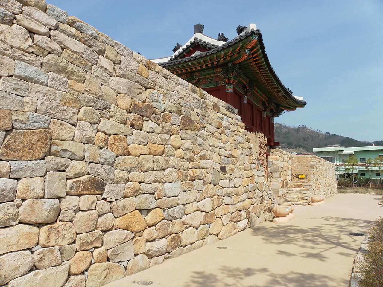 조선시대 읍성. 사진은 김해읍성 북문.