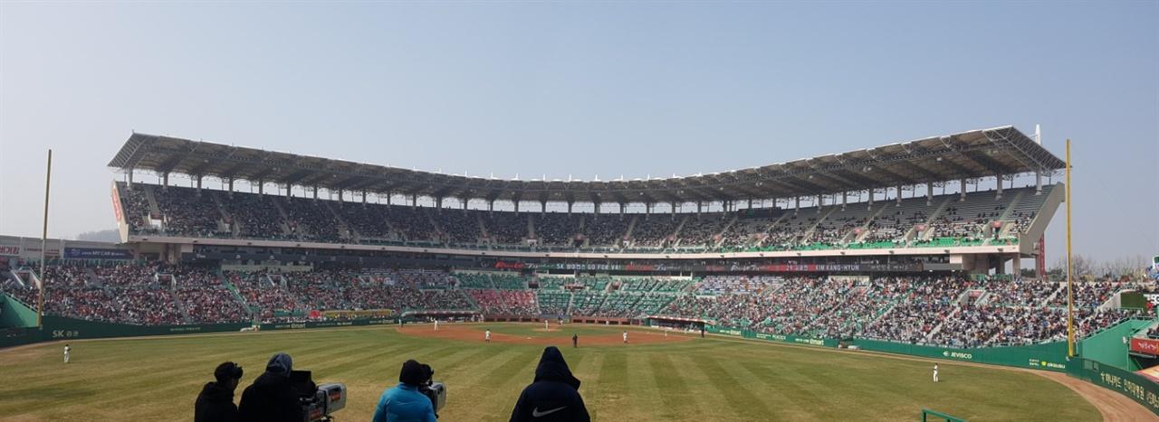 미세먼저로 덮인 야구장 지난 25일 롯데-SK전이 열린 인천 SK 행복드림구장. 2만명이 넘는 관중과 양 팀 선수들은 약 3시간 동안 미세먼지에 노출돼야만 했다.