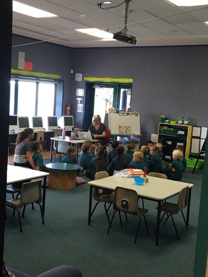 타우랑가의 한 초등학교 교실 모습. 선생님 주위에 앉아 눈을 맞추며 이야기 나누고 탁자에 둘러앉아 다양한 활동을 한다.