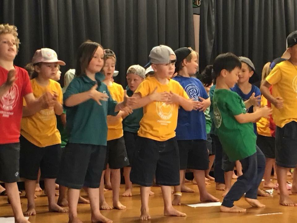 매주 한 번씩 열리는 조회에서 학년별로 준비한 춤과 노래를 선보이는 아이들. 칼군무는 아니고, 개인의 개성이 충분히 묻어나는 춤사위.