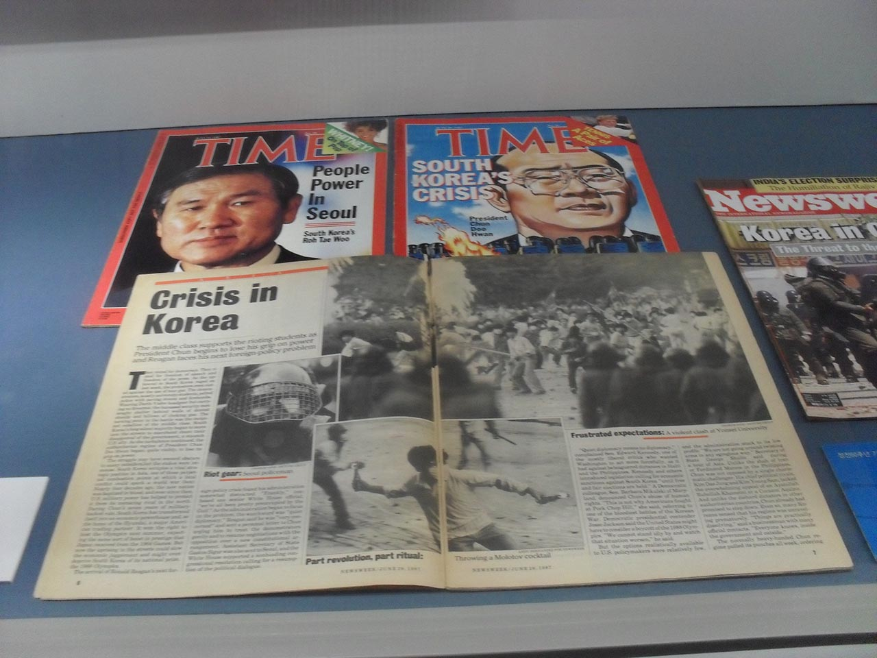 1987년을 전후한 한국의 정치 위기와 노태우·전두환 정권을 다룬 <타임> 기사. 서울 광화문광장 동편의 대한민국역사박물관에서 찍은 사진.
