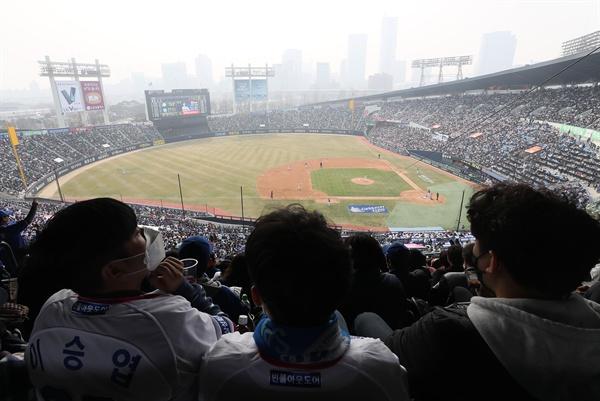 미세먼지도 막을 수 없는 야구 열정 2018 프로야구가 개막한 24일 오후 서울 잠실구장에서 열린 두산 베어스와 삼성 라이온즈의 개막경기를 보기 위해 구름관중이 모여있다.
