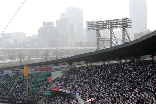 경기장 뒤로는 뿌연 하늘 미세먼지 나쁨을 기록한 25일 오후 서울 잠실야구장에서 열린 2018 KBO 리그 삼성 대 두산 경기. 경기장 뒤로 보이는 하늘이 뿌옇다.