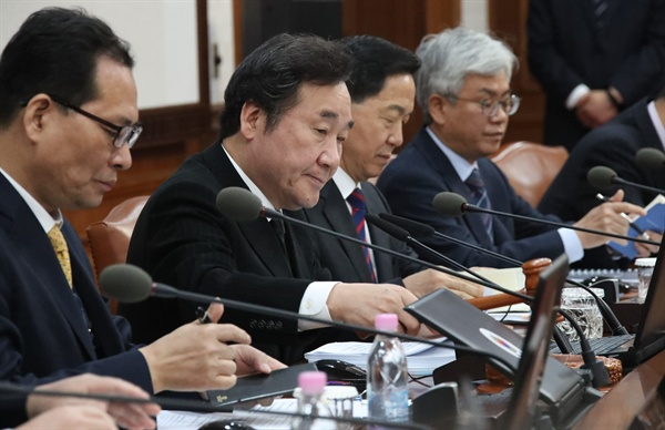국무회의 주재하는 이낙연 총리 이낙연 국무총리가 모친상에도 불구하고 26일 오전 서울 세종로 정부서울청사에서 열린 국무회의를 주재하고 있다.