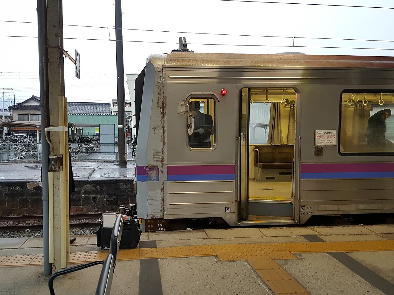 JR 아사 역에 도착 한 미네선 보통열차 미네선 완만카가 도착한 JR아사 역