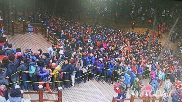 휴일이었던 지난 18일 소금산 출렁다리 방문객은 2만명에 달했다.