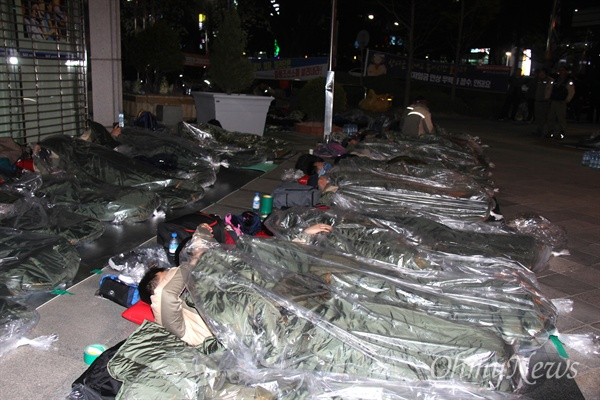 전국금속노동조합 STX조선지회 조합원들이 사측의 대규모 인력 감축에 반발해 27일 오후부터 더불어민주당 경남도당 사무실 안에서 점거농성하고 있는 가운데, 이날 저녁 노동자들이 길바닥에서 노숙하고 있다.