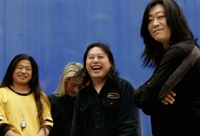 17년만에 새 음반 발표한 블랙 신드롬. 사진 왼쪽부터 최영길(베이스), 히데키 모리우치(드럼), 김재만(기타), 박영철(보컬)