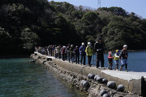 사이키-오뉴지마 올레 바다 위를 걷는 기분이 드는 '바다의 작은 길'을 걷는 올레꾼들(사진 제공: 제주올레).