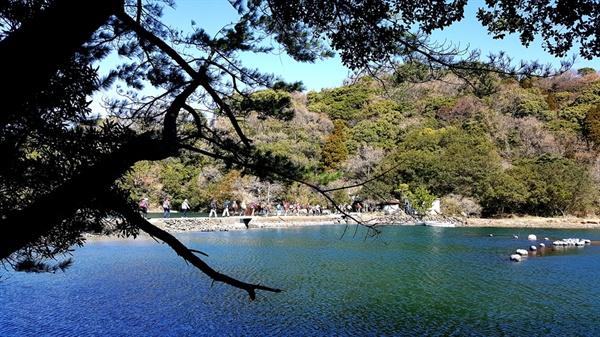 사이키-오뉴지마 올레  바다 위를 건너가는 올레꾼들. '바다의 작은 길'을 걷기 전 만날 수 있는 풍경이다.