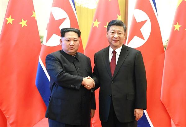 시진핑과 악수하는 북한 김정은 위원장 김정은 북한 노동당 위원장이 지난 25일부터 나흘간 시진핑 중국 국가주석의 초청으로 중국을 비공식 방문했다고 조선중앙통신이 28일 보도했다. 사진은 김정은 위원장(왼쪽)이 베이징 인민대회당에서 중국 시진핑 국가주석과 만나 악수하는 모습.