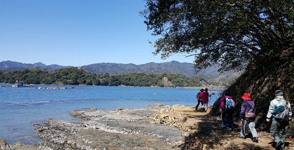 사이키-오뉴지마 올레 바다와 하늘이 맞닿은 좁은 길을 걷는다.