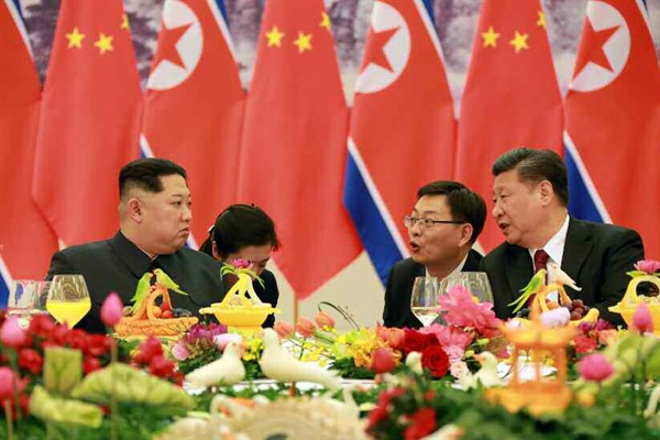 김정은 중국 방문, 시진핑 주석 인민대회당서 연회 개최 북한 노동신문은 김정은 노동당 위원장이 25일부터 28일까지 중국을 비공식 방문했다고 28일 보도했다. 사진은 김 위원장이 26일 베이징 인민대회당에서 시진핑(習近平) 중국 국가주석이 마련한 연회에 참석해 시 주석과 대화하는 모습.