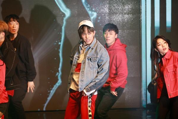 호야 호야가 첫 번째 미니앨범 < SHOWER >를 발표하고 28일 오후 서울 청담동의 한 공연장에서 쇼케이스를 열었다. 타이틀곡은 'All Eyes On Me'로 본래의 나를 찾아가는 내용을 담은 노래다.