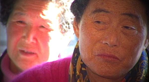 영화 <레드 헌트>의 한 장면. 생존자들의 기억은 수십년이 지나서도 생생하다.