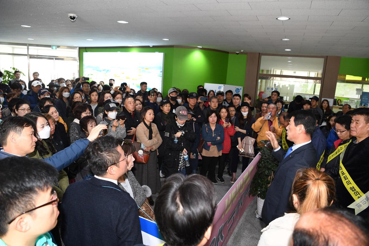 오수봉 하남시장 LH와 만난 후 주민들에게 설명하고 있는 모습