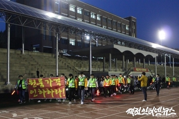 제천 세명대학교 총학생회가 학교 주변 원룸 가격이 지나치게 비싸다며 29일 반딧불 시위를 벌이고 있다.