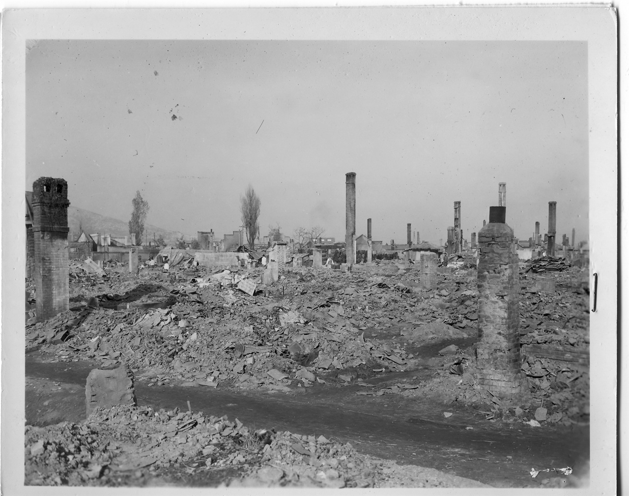 1950. 11. 20 원산, 전란으로 도시 전체가 파괴되고 건물 기둥과 굴뚝 일부만 남아 있다.