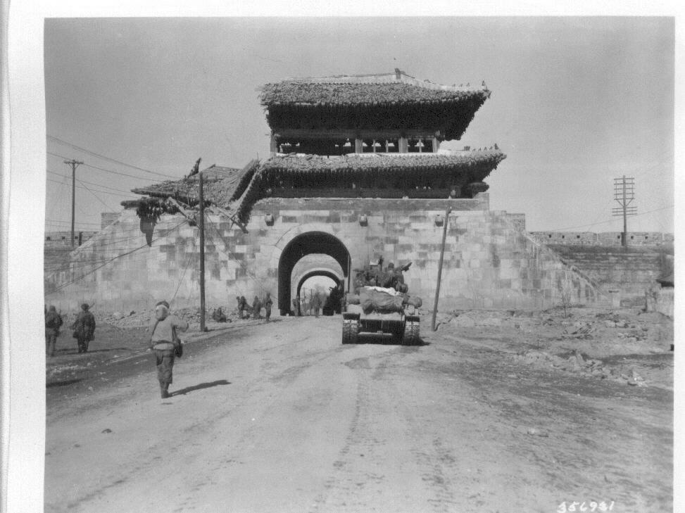 1951. 1. 25. 전란으로 반파된 수원의 한 성문.