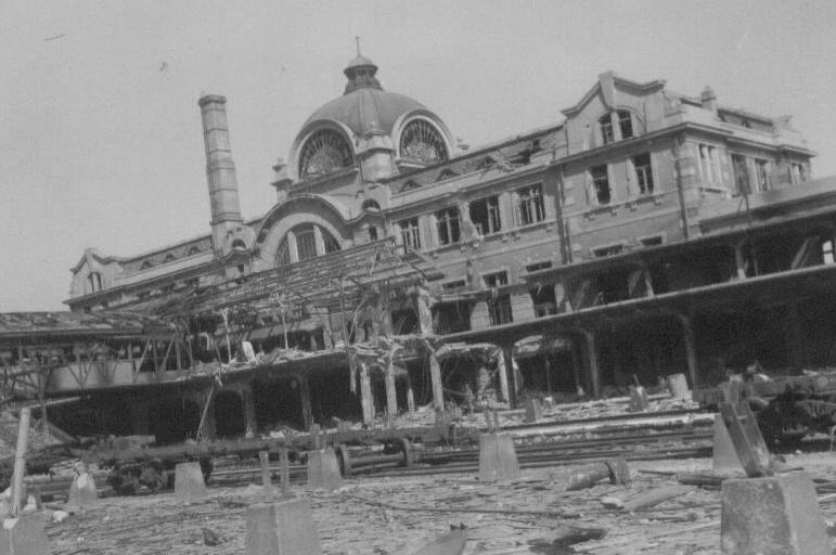 1950. 10. 1. 전란으로 파괴된 서울역 플랫폼.