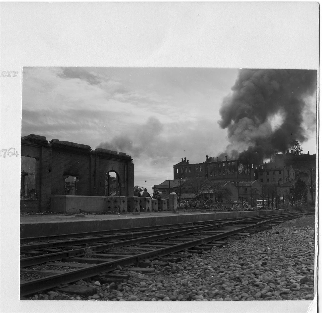 1950.  9. 16. 전란으로 인천역 일대가 불타고 있다.