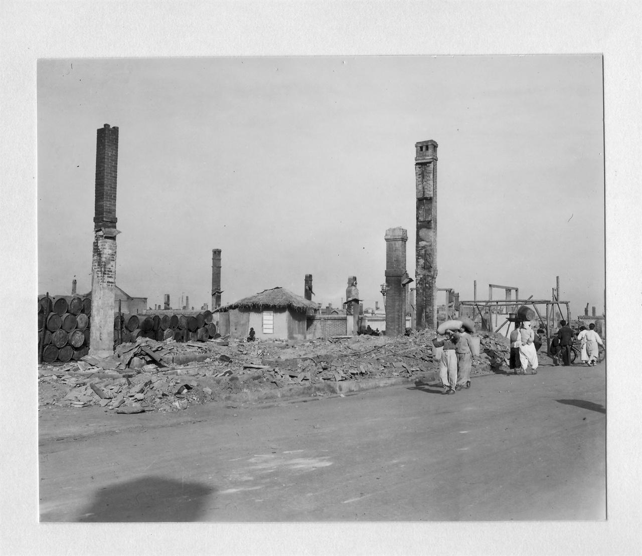 1950. 11. 20. 굴뚝만 남은 원산의 공장지대