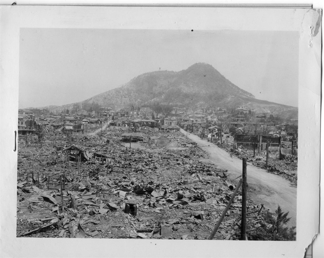 1951. 4. 1. 전란으로 도시 전체가 폐허가 된 춘천.