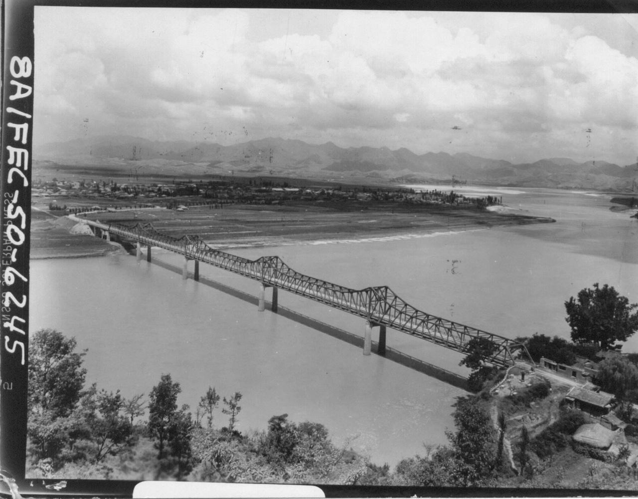 1950. 8. 15. 경남 창녕의 낙동강 남지 철교로 겉으로는 멀쩡해 보이지만 한창 전투 중일 때는 강물이 핏빛으로 물들었고, 상류에서 사체가 둥둥 떠내려 왔다고 한다.