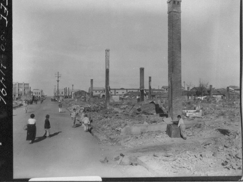 1950. 11. 4. 전란으로 공장은 파괴되고 굴뚝만 남았다.