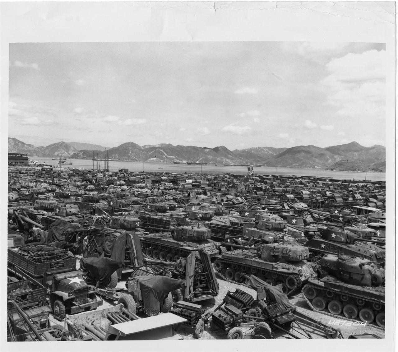 1953. 8. 22. 마산, 전장을 종횡무진 누비다가 부서진 탱크 잔해들.