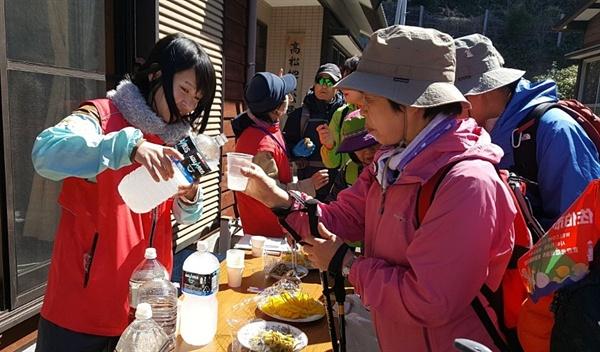 올레꾼들에게 음료수와 간단한 먹을거리를 대접하는 오뉴지마 사람들.