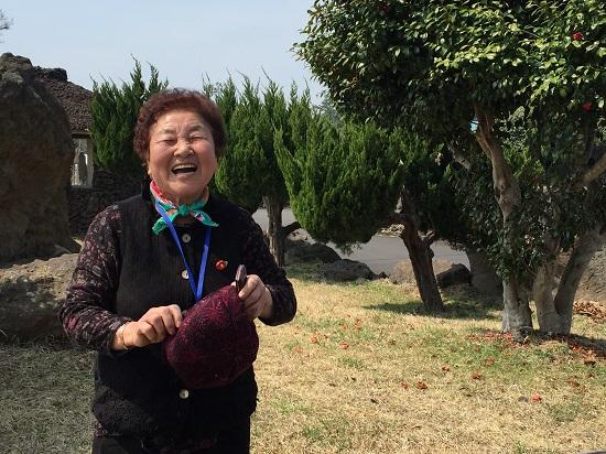 제주4·3으로 온갖 시련을 겪었지만 아픔을 떨쳐내고 밝게 웃는 홍춘호씨.