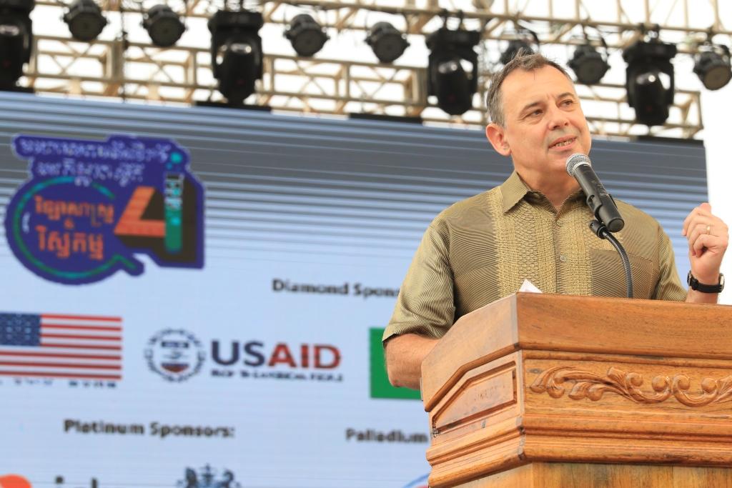 미국 정부 지원 행사에 참석, 연설 중인 윌리엄 하이트 주캄보디아 미국대사. 훈센 총리는 미국 정부 지원 내용과 관련해 최근 미국대사를 거짓말쟁이라며 공개적으로 비난했다.