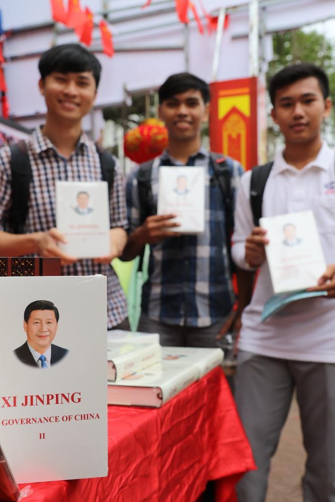 캄보디아 대학생들이 최근 열린 중국 주최 행사장에서 시진핑 중국 국가주석의 전기책을 든 채 미소를 짓고 있다.