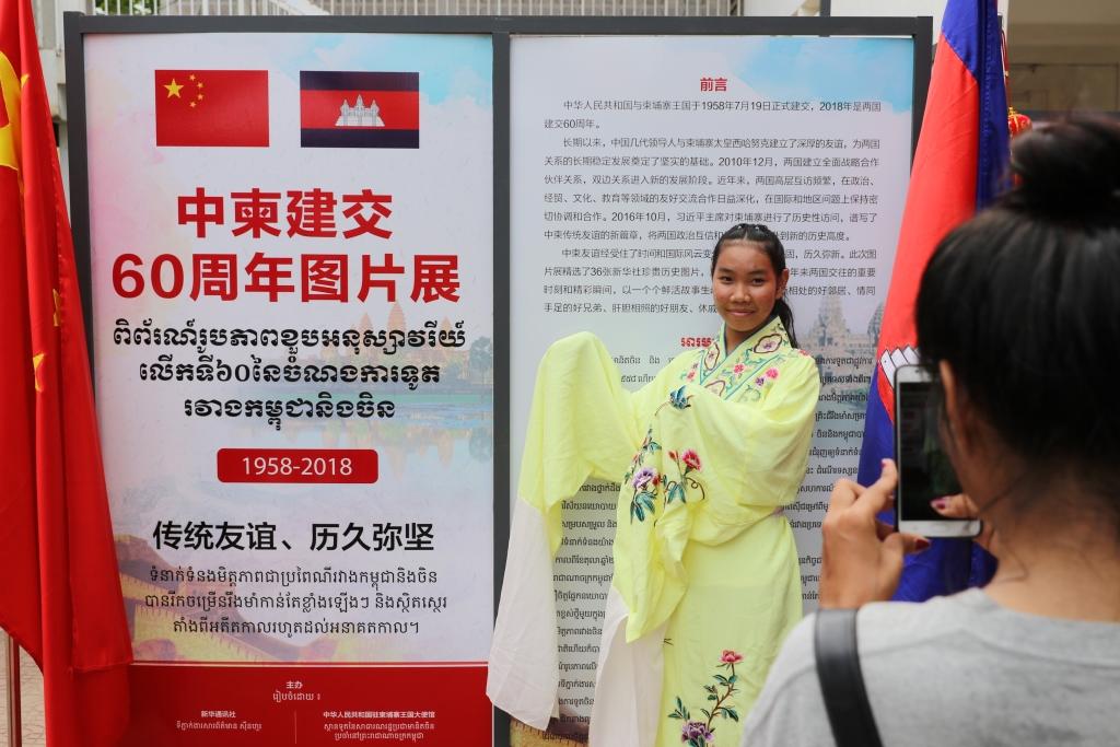 중국-캄보디아 양국이 수교를 맺은 지 60주년이 되는 올해 프놈펜에서 열린 행사에서 캄보디아 대학생이 중국전통의상을 입고 포즈를 취하고 있다. 역사학자들은 요즘처럼 양국이 가까웠던 적은 없었다고 말한다.